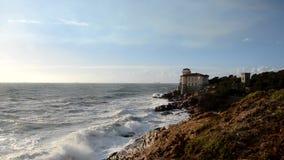 Τραχιά θάλασσα στην ιταλική ακτή απόθεμα βίντεο