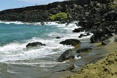 Τραχιά κυματωγή στην πράσινη παραλία άμμου Papakolea, μεγάλο νησί, Χαβάη Στοκ Φωτογραφίες
