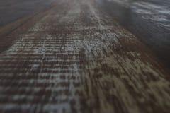 Τραχιά ξύλινη επιτραπέζια επιφάνεια κατά την άποψη προοπτικής Μεγάλος για τα υπόβαθρα στοκ φωτογραφία με δικαίωμα ελεύθερης χρήσης