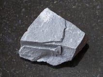 τραχιά πέτρα argillite στο σκοτεινό υπόβαθρο Στοκ Εικόνες