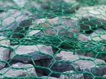 Τραχιά του υποκύανος-γκρι σύσταση πετρών με το πράσινο καλώδιο αλυσίδων Στοκ Εικόνες