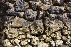 Τραχιά φωτογραφία κινηματογραφήσεων σε πρώτο πλάνο τοίχων πετρών στερεά γίνοντα ανασκόπηση λευκό τοίχων σύστασης πετρών πετρών Αγ Στοκ εικόνες με δικαίωμα ελεύθερης χρήσης