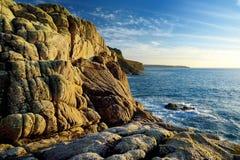 Τραχιά Cornish ακτή σε Porth Nanven στο ηλιόλουστο βράδυ, Κορνουάλλη, Αγγλία Στοκ φωτογραφίες με δικαίωμα ελεύθερης χρήσης