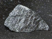 τραχιά dolerite πέτρα στο σκοτεινό υπόβαθρο Στοκ Εικόνες
