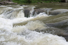 Τραχιές υπερνικημένες νερά πέτρες Στοκ φωτογραφίες με δικαίωμα ελεύθερης χρήσης