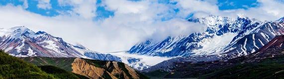 Τραχιοί βουνά και παγετώνες Στοκ φωτογραφία με δικαίωμα ελεύθερης χρήσης