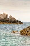 Τραχιοί βράχοι παραλιών στην Ελλάδα Στοκ φωτογραφία με δικαίωμα ελεύθερης χρήσης