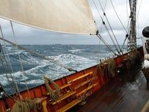Τραχύς καιρός στον Ατλαντικό Ωκεανό, κάτω από το πανί Στοκ Εικόνα