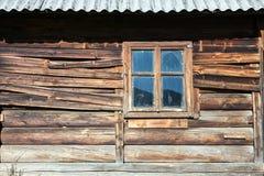 Τραχύς ξύλινος τοίχος της καλύβας θερινών ποιμένων με το παράθυρο στοκ φωτογραφία