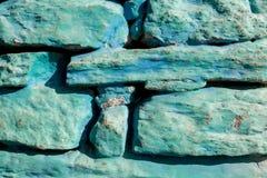 Τραχύς παλαιός τοίχος πετρών, μέρος της πετρώδους ζωγραφικής τεκτονικών του μπλε χρώματος παλαιός τοίχος σύστασης τούβλου ανασκόπ στοκ εικόνες