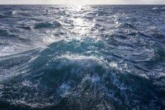 Τραχύς ταραχώδης ωκεανός κάτω από τον αντανακλαστικό ήλιο Στοκ Εικόνες