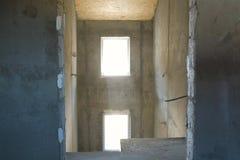 Τραχύς τελειώστε τους κενούς συμπαγείς τοίχους και το πάτωμα αιθουσών witn χωρίς πόρτα στοκ φωτογραφίες