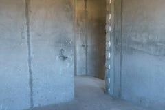 Τραχύς τελειώστε τους κενούς συμπαγείς τοίχους και το πάτωμα αιθουσών witn χωρίς πόρτα στοκ φωτογραφία με δικαίωμα ελεύθερης χρήσης
