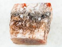 τραχύ άλας βράχου halite στο λευκό Στοκ Φωτογραφίες