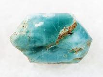 τραχύ κρύσταλλο του μπλε apatite πολύτιμου λίθου στο λευκό Στοκ εικόνα με δικαίωμα ελεύθερης χρήσης