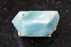 τραχύ κρύσταλλο του μπλε apatite πολύτιμου λίθου στο σκοτάδι Στοκ εικόνα με δικαίωμα ελεύθερης χρήσης