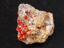 τραχύ κρύσταλλο του πολύτιμου λίθου Vanadinite στο σκοτάδι Στοκ εικόνες με δικαίωμα ελεύθερης χρήσης
