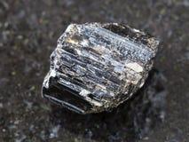 τραχύ κρύσταλλο Schorl (μαύρο tourmaline) στο σκοτάδι Στοκ φωτογραφίες με δικαίωμα ελεύθερης χρήσης