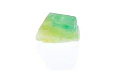 Τραχύ σμαραγδένιο πράσινο calcite που απομονώνεται Στοκ εικόνα με δικαίωμα ελεύθερης χρήσης