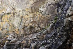 Τραχύ υπόβαθρο προσώπου απότομων βράχων Στοκ Εικόνες