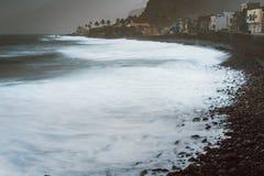 Τραχύ ωκεάνιο κύλισμα κυμάτων foamy με το φυσώντας ψεκασμό επάνω στη δύσκολη ηφαιστειακή ακτή Γραφικός κόλπος Ribeira Grande Στοκ Εικόνες