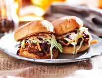 Τργμένα σάντουιτς χοιρινού κρέατος με bbq τη σάλτσα και slaw Στοκ Εικόνες