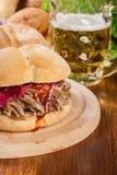 Τργμένο σάντουιτς χοιρινού κρέατος με το κόκκινο λάχανο και bbq τη σάλτσα Στοκ εικόνες με δικαίωμα ελεύθερης χρήσης