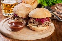 Τργμένο σάντουιτς χοιρινού κρέατος με το κόκκινο λάχανο και bbq τη σάλτσα Στοκ φωτογραφίες με δικαίωμα ελεύθερης χρήσης