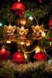 Τρεις άγγελοι που κρεμούν στο χριστουγεννιάτικο δέντρο Στοκ φωτογραφία με δικαίωμα ελεύθερης χρήσης