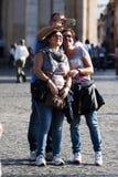 Τρεις άνθρωποι που κάνουν selfie με το smartphone Στοκ φωτογραφίες με δικαίωμα ελεύθερης χρήσης
