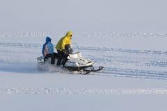 Τρεις άνθρωποι στο όχημα για το χιόνι Στοκ εικόνες με δικαίωμα ελεύθερης χρήσης