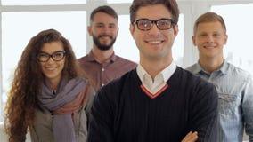 Τρεις άνδρες και μια γυναίκα θέτουν στο γραφείο απόθεμα βίντεο