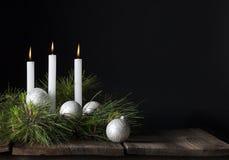 Τρεις άσπρες διακοσμήσεις Χριστουγέννων κεριών Στοκ Εικόνες