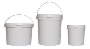 Τρεις άσπροι πλαστικοί κάδοι Στοκ Φωτογραφία