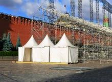 Τρεις άσπροι awnings Στοκ φωτογραφία με δικαίωμα ελεύθερης χρήσης