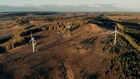 Τρεις ανεμόμυλοι που εγκαθίστανται στην ανοικτή έκταση παράγουν την ενέργεια Αιολική ενέργεια, έννοια παραγωγής ηλεκτρικής ενέργε απόθεμα βίντεο
