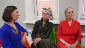 Τρεις ανώτερες συζητήσεις γυναικών κάθονται χαλαρώνουν την ατμόσφαιρα φιλμ μικρού μήκους