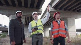 Τρεις αρχιτέκτονες που συζητούν το πρόγραμμα που χρησιμοποιεί την ταμπλέτα απόθεμα βίντεο