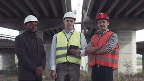 Τρεις αρχιτέκτονες στα προστατευτικά κράνη που εξετάζουν τη κάμερα απόθεμα βίντεο