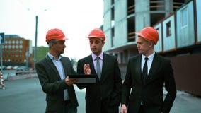 Τρεις αρχιτέκτονες συζητούν το πρόσφατα κατασκευασμένο κτήριο φιλμ μικρού μήκους