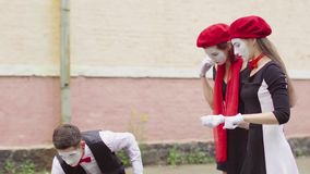 Τρεις αστείες να αστειευτεί παιχνιδιού mimes σκηνές στην οδό πόλεων φιλμ μικρού μήκους