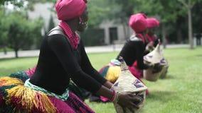 Τρεις αφρικανικές γυναίκες που χορεύουν ένας λαϊκός χορός στα παραδοσιακά κοστούμια με τα ψάθινα καλάθια απόθεμα βίντεο