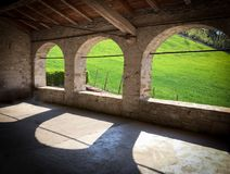 Τρεις αψίδες στην παλαιά πέτρα σιταποθηκών, λόφοι της Αιμιλίας-Ρωμανίας Στοκ Εικόνες