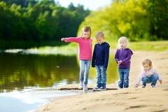 Τρεις αδελφές και ο αδελφός τους που έχουν τη διασκέδαση Στοκ εικόνα με δικαίωμα ελεύθερης χρήσης