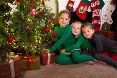 Τρεις αδελφές με τα Χριστούγεννα Στοκ Φωτογραφίες