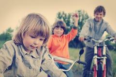 Τρεις αδελφοί οδηγούν τα ποδήλατα στοκ εικόνα με δικαίωμα ελεύθερης χρήσης
