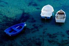Τρεις βάρκες κουπιών που δένονται στο λιμένα Στοκ Εικόνα