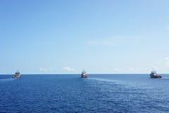 Τρεις βάρκες ρυμούλκησης για να κινήσει την εγκατάσταση γεώτρησης διατρήσεων Στοκ εικόνες με δικαίωμα ελεύθερης χρήσης