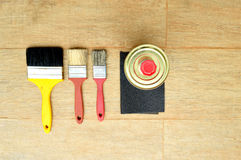 Τρεις βούρτσες, α μπορούν και ένα γυαλόχαρτο Στοκ φωτογραφία με δικαίωμα ελεύθερης χρήσης