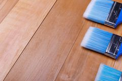 Τρεις βούρτσες βρίσκονται σε μια σκάλα Τοπ άποψη ενός ξύλινου υποβάθρου κινηματογραφήσεων σε πρώτο πλάνο Στοκ Εικόνα